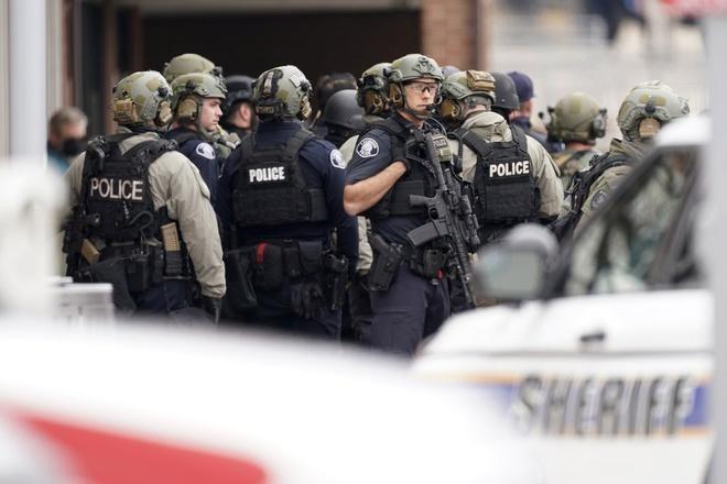 Xả súng kinh hoàng tại Mỹ, ít nhất 10 người thiệt mạng bao gồm 1 cảnh sát ảnh 1