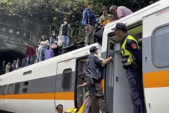 Tai nạn đường sắt thảm khốc ở Đài Loan, ít nhất 36 người chết ảnh 1
