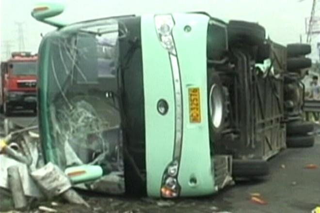 Xe tải đâm xe khách trên cao tốc, 11 người chết ảnh 1