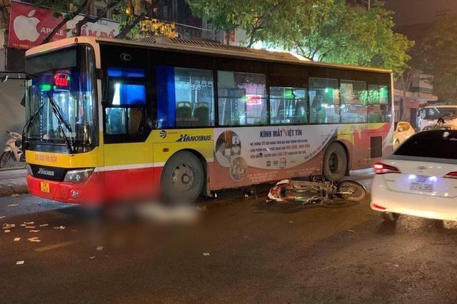 [Tin nhanh tối 11-4-2021] Hà Nội: Va chạm với xe buýt, người đàn ông tử vong tại chỗ ảnh 1