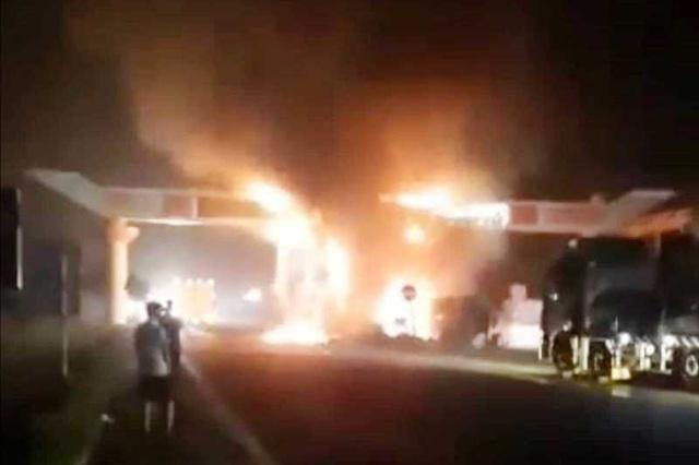 [Tin nhanh tối 18-4-2021] Đâm vào cổng chào, xe container bốc cháy ngùn ngụt ảnh 2