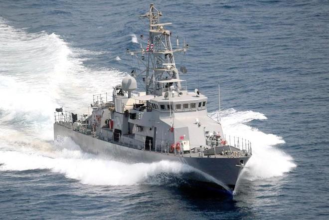 Tàu chiến Mỹ nổ súng cảnh cáo xuồng vũ trang Iran ảnh 1