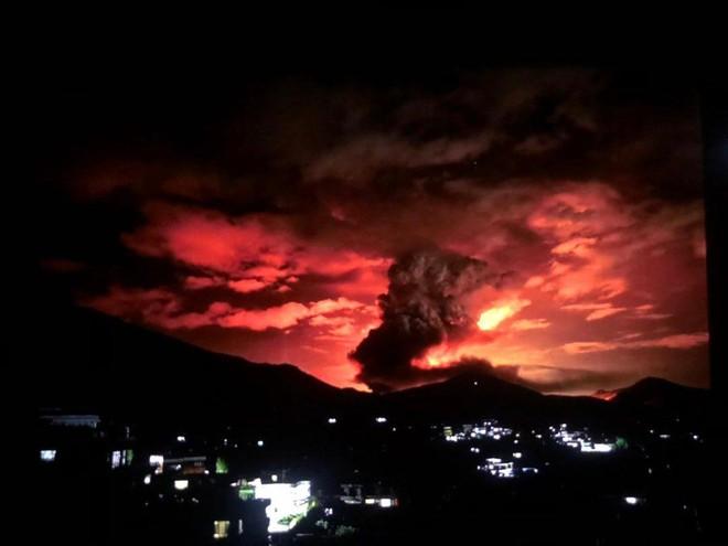 Bầu trời Kabul chuyển màu đỏ vì cháy trạm xăng ảnh 1