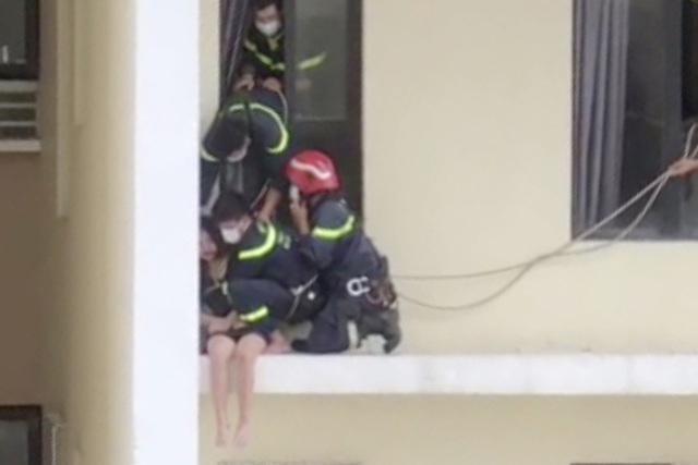 [Tin nhanh tối 2-5-2021] Cảnh sát giải cứu cô gái định nhảy từ tầng 18 xuống đất tự tử ảnh 2