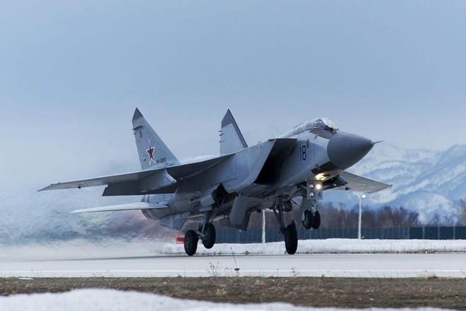 Tiêm kích MiG-31 Nga giám sát máy bay quân sự Mỹ ảnh 1