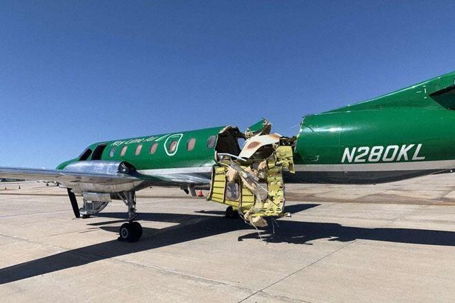 Mỹ: Máy bay gần như đứt đôi sau cú va chạm giữa không trung ảnh 1