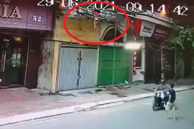 [Tin nhanh sáng 30-6-2021] Người đàn ông nhanh tay đỡ em bé rơi từ tầng 2 ảnh 2