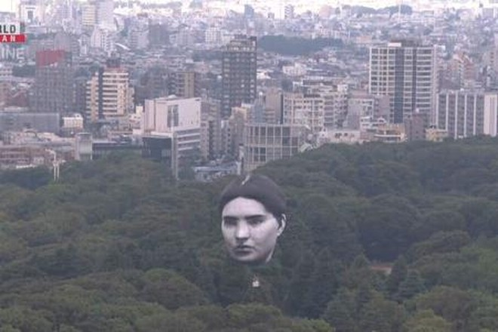 Khinh khí cầu mặt người bất ngờ xuất hiện trên bầu trời Tokyo ảnh 1