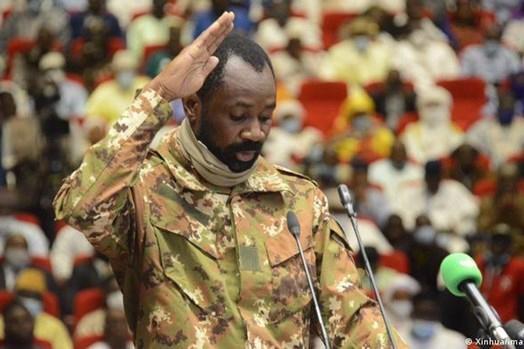 Tổng thống lâm thời Mali bị tấn công bằng dao ảnh 1