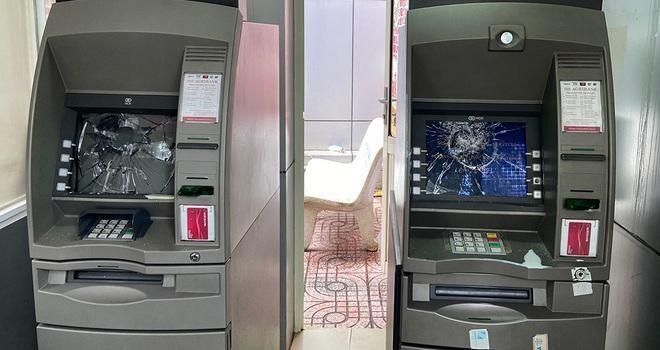 [Tin nhanh tối 22-7-2021] Trụ ATM không nhận thẻ, thanh niên cầm đá đập vỡ màn hình ảnh 2