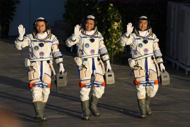 Phi hành gia Trung Quốc trở về Trái đất an toàn ảnh 1