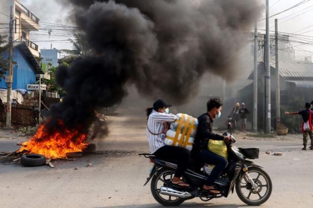 Đoàn xe quân đội Myanmar bị đánh bom ảnh 1