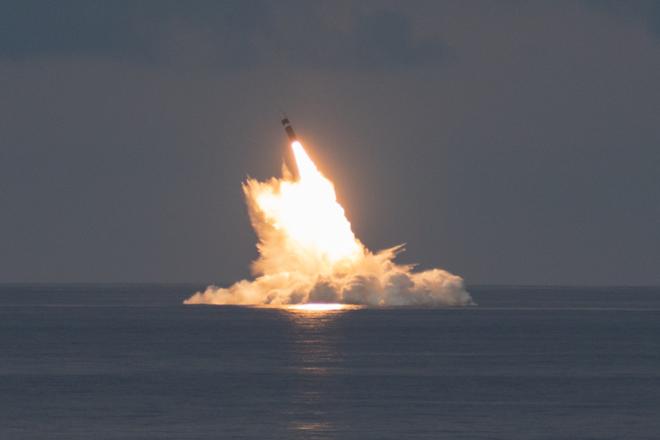 Mỹ phóng thử thành công 2 tên lửa đạn đạo Trident II ảnh 1