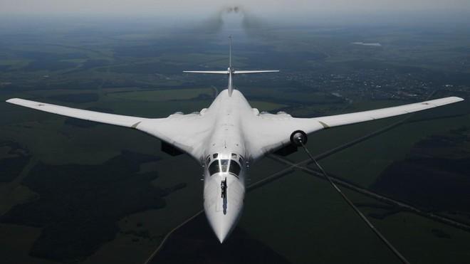'Thiên nga trắng' Tu-160 Nga bị nhiều chiến đấu cơ nước ngoài theo sát ảnh 1