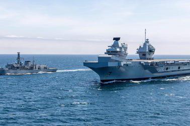 Siêu tàu sân bay Anh chạm trán chiến hạm Nga ảnh 1