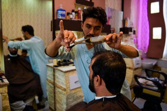 Taliban cấm cạo râu, mở nhạc trong hiệu cắt tóc ảnh 1