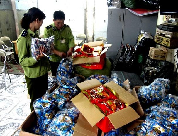 Thu giữ nhiều loại bánh kẹo nhập lậu tại chợ Đồng Xuân ảnh 1