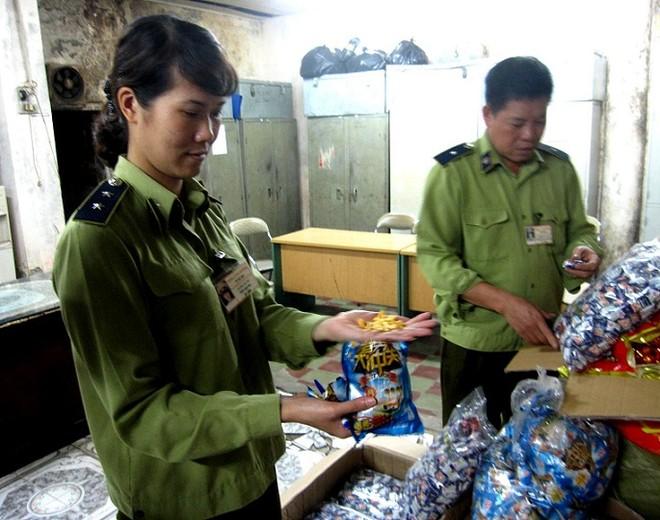 Thu giữ nhiều loại bánh kẹo nhập lậu tại chợ Đồng Xuân ảnh 3