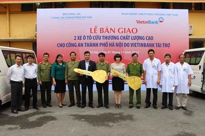 VietinBank trao tặng CATP 2 xe cứu thương ảnh 1