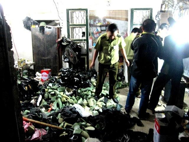Triệt phá xưởng sản xuất giày quân trang giả ảnh 1