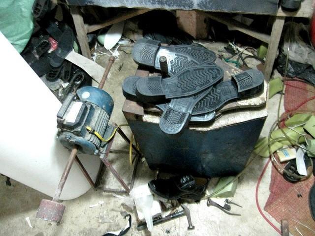 Triệt phá xưởng sản xuất giày quân trang giả ảnh 2