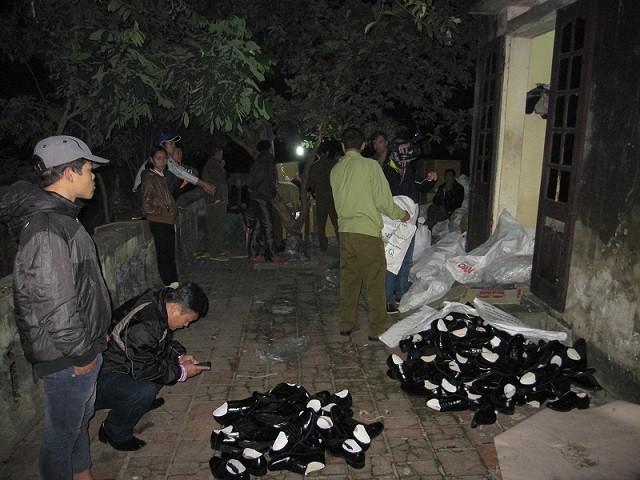 Triệt phá xưởng sản xuất giày quân trang giả ảnh 7