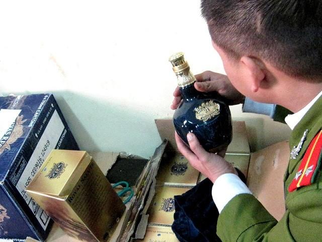 Thu giữ hàng chục chai rượu ngoại bạc triệu nhập lậu ảnh 3
