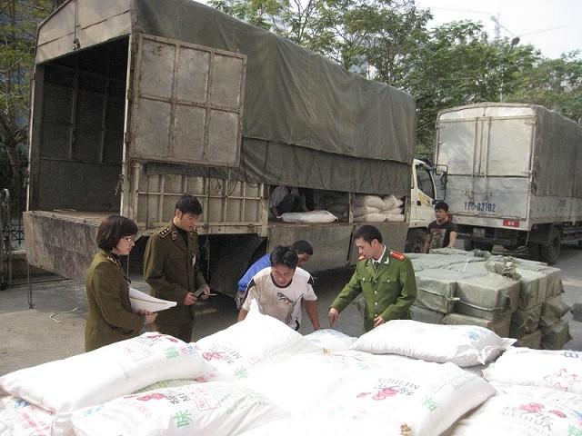 """Hàng chục tấn ô mai, mì chính Trung Quốc """"đổ bộ"""" về Hà Nội ảnh 1"""