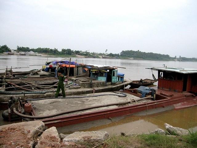 Tạm giữ 4 tàu khai thác cát trái phép tại sông Hồng ảnh 1