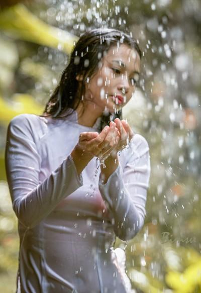Người mẫu Xuân Thuỳ thánh thiện dưới mưa ảnh 1