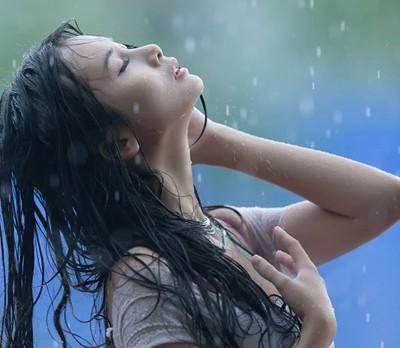 Người mẫu Xuân Thuỳ thánh thiện dưới mưa ảnh 2