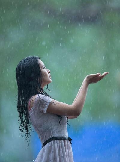 Người mẫu Xuân Thuỳ thánh thiện dưới mưa ảnh 3