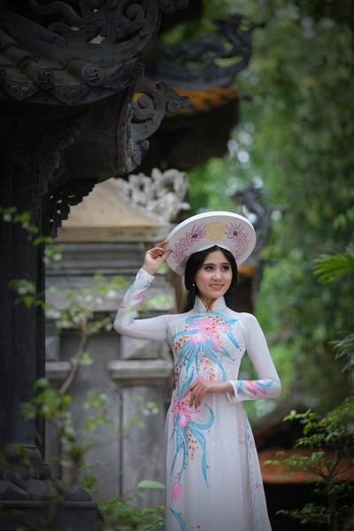 Á khôi Hoàng Hạnh khoe vẻ đẹp thuần khiết với áo dài ảnh 2