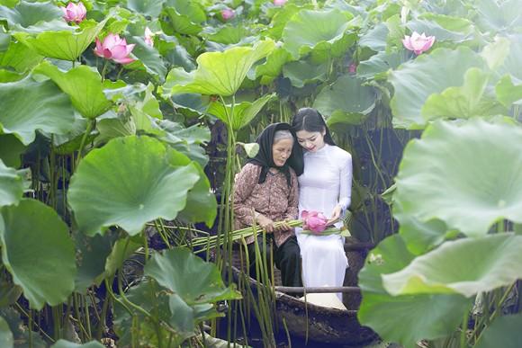 Hoa hậu Ngọc Anh tôn vinh Quốc hoa cùng cụ bà ảnh 1