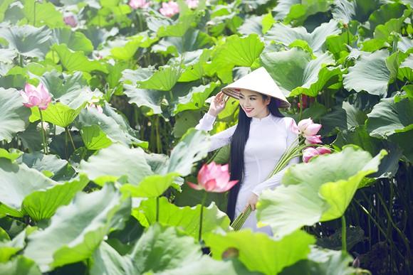 Hoa hậu Ngọc Anh tôn vinh Quốc hoa cùng cụ bà ảnh 10