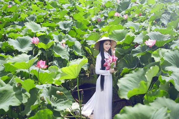 Hoa hậu Ngọc Anh tôn vinh Quốc hoa cùng cụ bà ảnh 11