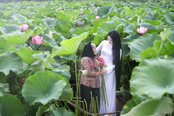 Hoa hậu Ngọc Anh tôn vinh Quốc hoa cùng cụ bà ảnh 3