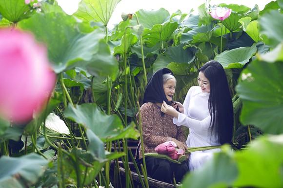 Hoa hậu Ngọc Anh tôn vinh Quốc hoa cùng cụ bà ảnh 4