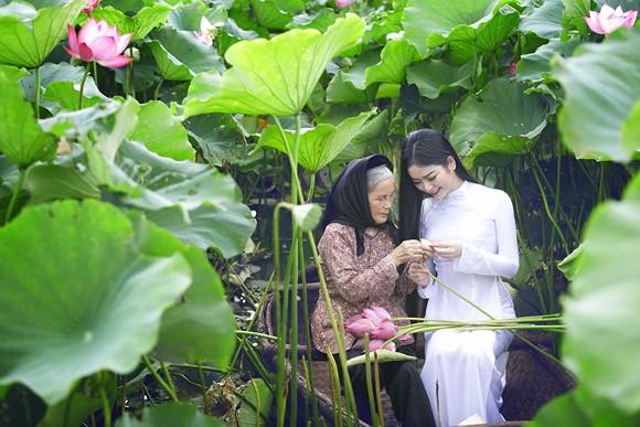 Hoa hậu Ngọc Anh tôn vinh Quốc hoa cùng cụ bà ảnh 5