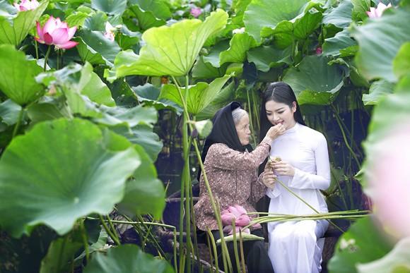 Hoa hậu Ngọc Anh tôn vinh Quốc hoa cùng cụ bà ảnh 6