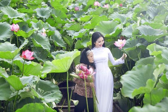 Hoa hậu Ngọc Anh tôn vinh Quốc hoa cùng cụ bà ảnh 7