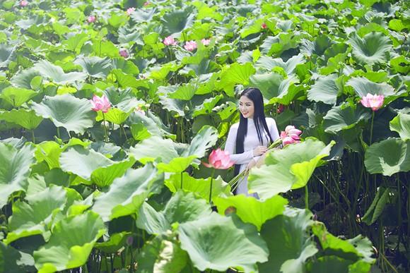 Hoa hậu Ngọc Anh tôn vinh Quốc hoa cùng cụ bà ảnh 8