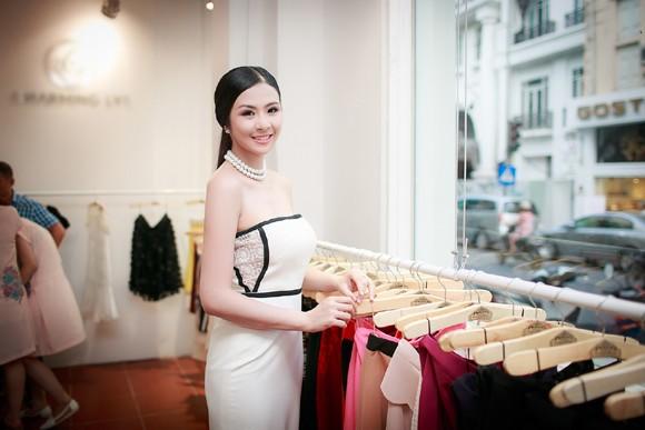 Hoa hậu Ngọc Hân khoe vai trần gợi cảm trong trang phục tự thiết kế ảnh 1