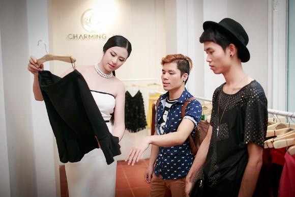 Hoa hậu Ngọc Hân khoe vai trần gợi cảm trong trang phục tự thiết kế ảnh 2