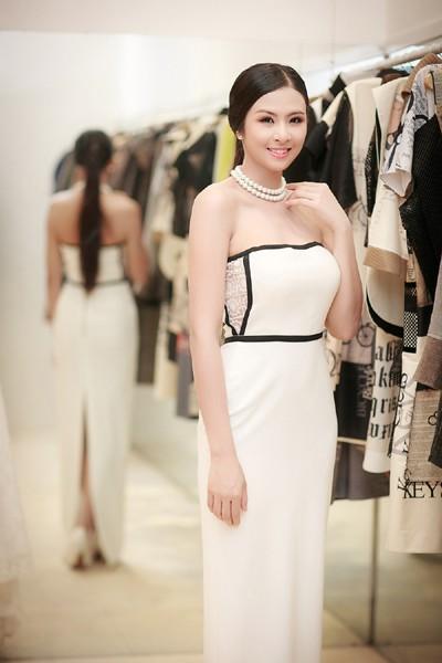 Hoa hậu Ngọc Hân khoe vai trần gợi cảm trong trang phục tự thiết kế ảnh 3