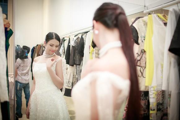 Hoa hậu Ngọc Hân khoe vai trần gợi cảm trong trang phục tự thiết kế ảnh 5