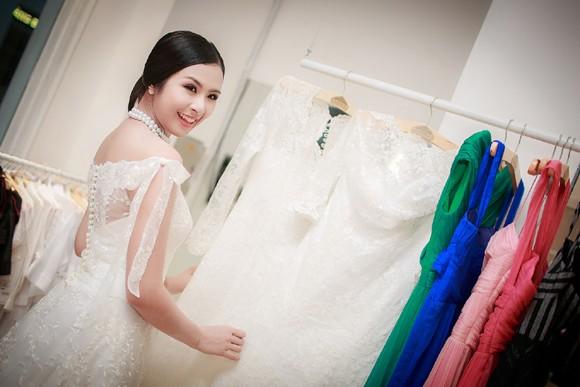 Hoa hậu Ngọc Hân khoe vai trần gợi cảm trong trang phục tự thiết kế ảnh 6