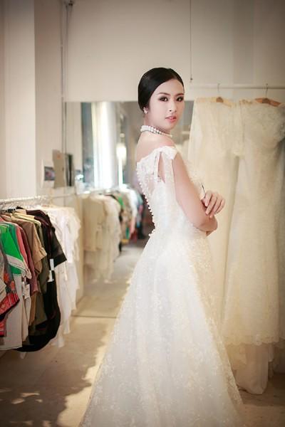 Hoa hậu Ngọc Hân khoe vai trần gợi cảm trong trang phục tự thiết kế ảnh 7