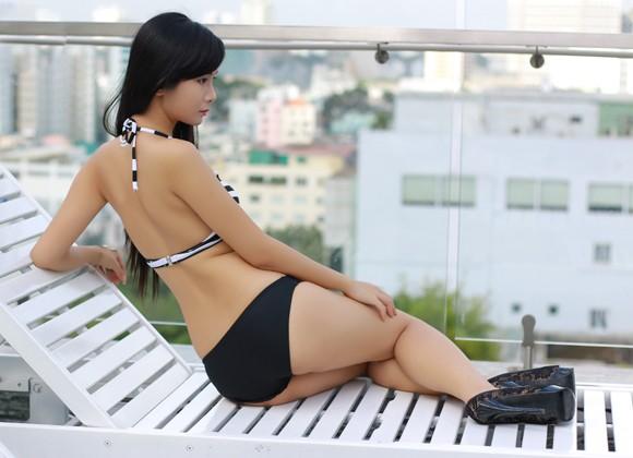 """Người mẫu Xuân Thuỳ khoe đường cong """"mê hoặc"""" với bikini ảnh 1"""