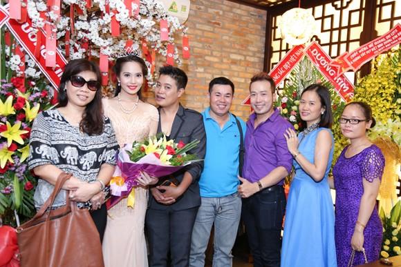 Nữ hoàng Du lịch Việt Nam Dương Kim Ánh lộng lẫy trong tiệc mừng sau đăng quang ảnh 5